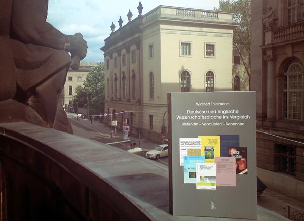 Winfried Thielmanns Buch auf dem Balkon in der Dorotheenstraße.