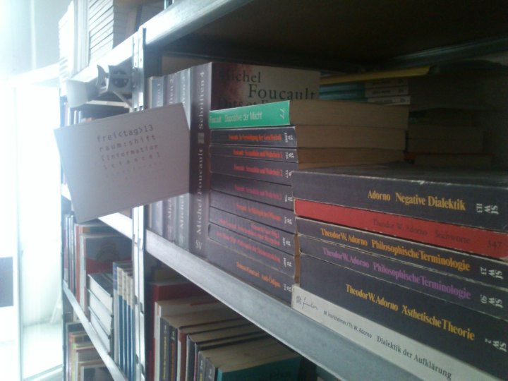 """""""Es geht nicht darum, die Wahrheit von jeglichem Machtsystem zu befreien - das wäre ein Hirngespinst, denn die Wahrheit selber ist Macht - sondern darum, die Macht der Wahrheit von den Formen gesellschaftlicher, ökonomischer und kultureller Hegemonie zu lösen, innerhalb derer sie gegenwärtig wirksam ist."""" (Foucault, Michel (1978) / Wahrheit und Macht : Interview mit A. Fontana und P. Pasquino. In: ders.: Dispositive der Macht : Michel Foucault Über Sexualität, Wissen und Wahrheit. Berlin : Merve Verlag, 1978, 54)"""