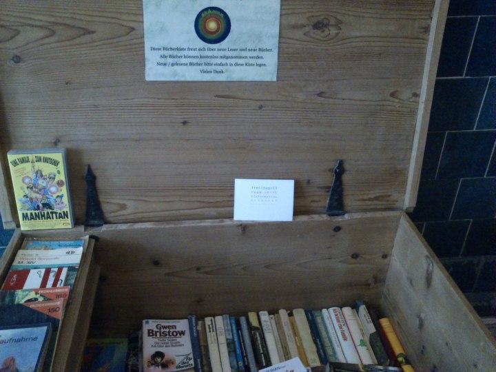 ... und Bücherkisten in den Eingängen der Hotels.