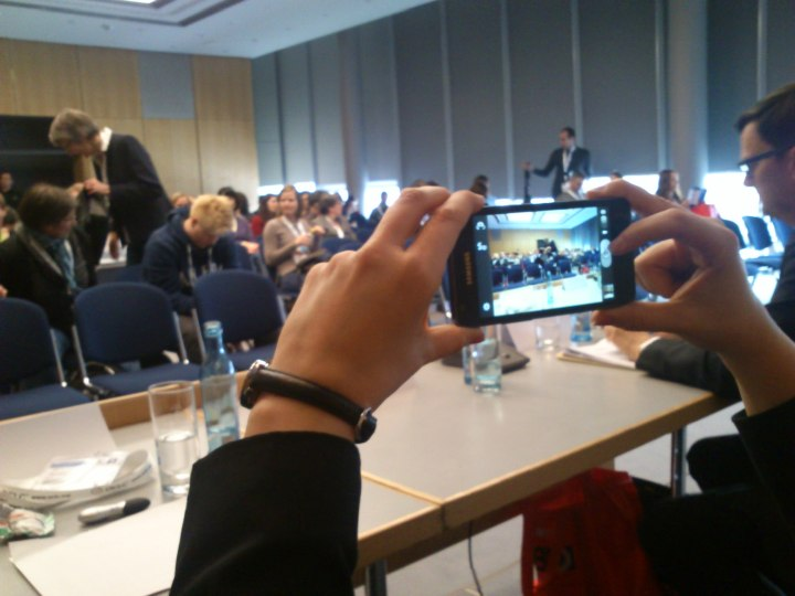 Medienkonvergenz. (I take a picture of you taking a picture of someone taking pictures of as like we are stars.)