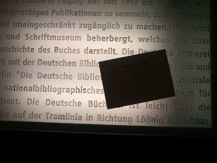 Bücherstadt. Lesen Sie etwas über die Deutsche Nationalbibliothek während Sie auf die nächtliche Strassenbahn warten.