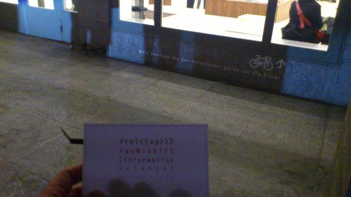 Modern wäre, so beschloss vor einigen Jahren die Pestalozzi-Bibliothek in Zürich, sei ein Gebäude mit viel sichtbarem Beton, grossen Fenstern, klaren und klar abgetrennten Flächen aus einfachen Materialien. Zudem hätte es hell zu sein: Hellergrauer Stein, helles Holz, viel Weiss, knallige Farben. Ist das modern? Vielleicht. Sehr viele Neubauten und Umbauten von Bibliotheken, von Schulen und Hochschulen sehen in den letzten Jahren so aus; auch Bahnhöfe und öffentliche Gebäude folgen diesen Vorgaben. Deswegen, so ein Problem, sehen sie sich immer mehr immer ähnlicher. Steht man im Treppenhaus des Grimmzentrums der Humboldt-Universität sieht es dort genauso aus wie im Treppenhaus der Hauptgebäudes der HTW Chur und wie in den Gebäuden des neuen Campus der FH Potsdam. Auch dieses Bild der Pestalozzi-Bibliothek lässt höchstens durch die Verwendung des Begriffs Velo aufhorchen. In Berlin nutzt man dieses Wort nicht. Aber ist das ein Gebäude in Zürich, ist es eines in Freiburg? Sichtbar ist das nicht. Zudem stellt sich die interessante Frage: Ist das eigentlich sinnvoll? Wollen die Menschen das? Lässt sich Bibliothek besser Bibliothek sein in solchen Gebäuden? Nutzt das moderne? Wenn ja, dann wäre die Langeweile vielleicht (vielleicht!) zu rechtfertigen.