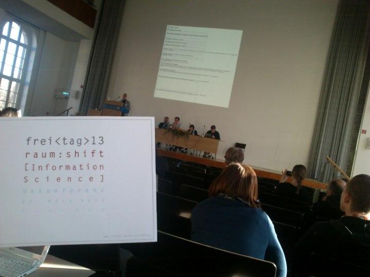 Inetbib-Tagung 2013, Humboldt-Universität zu Berlin, Session zum Themenfeld Open Access, 04.03.2013. Versteckt auf dem Bild finden Sie (a) eine LIBREAS-Redakteurin/einen LIBREAS-Redakteur, (b) eine/einen aktuelle/n LIBREAS-Autor/in, (c) zwei intensive LIBREAS-Lesende. Finden Sie alle vier! (Tipp: Alle auf dem Podium. Open Access im Bibliotheksbereich und LIBREAS... Sie wissen schon. Gleich drei Redkteurinnen/e der Zeitschrift treten auf der Tagung auf, womit die Redaktion mit dem Institut für Bibliotheks- und Informationswissenschaft der HU und dem Schweizerischen Institut für Informationswissenschaft, HWT Chur gleichzieht. Sacrebleu.)