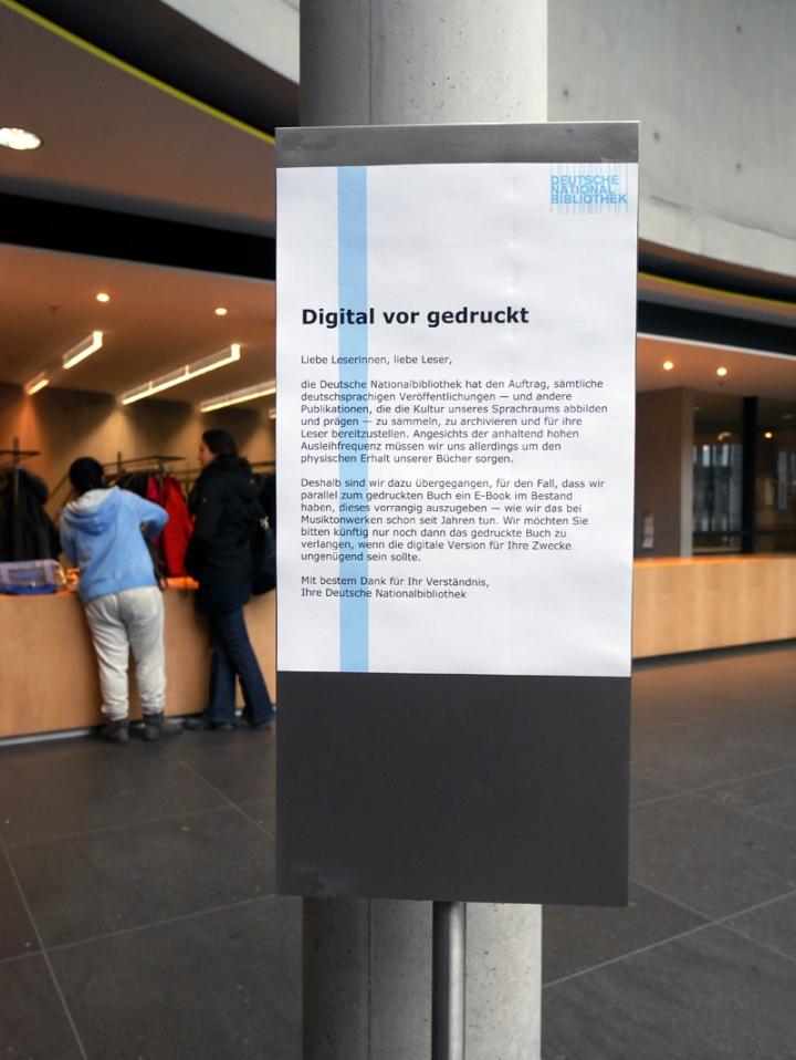 """""""Digital vor gedruckt"""" - Aushang in der DNB"""
